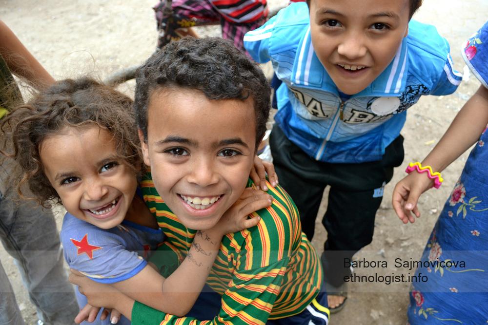 Children smile in the Manshiyat Naser. Photo: Barbora Sajmovicova, 2011, Nikon D3100.