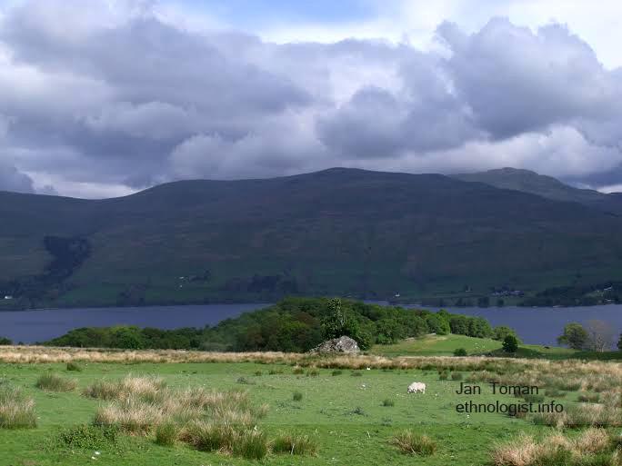 Pastviny Tombreck farmy, dole jezero Loch Tay. Foto: Jan Toman