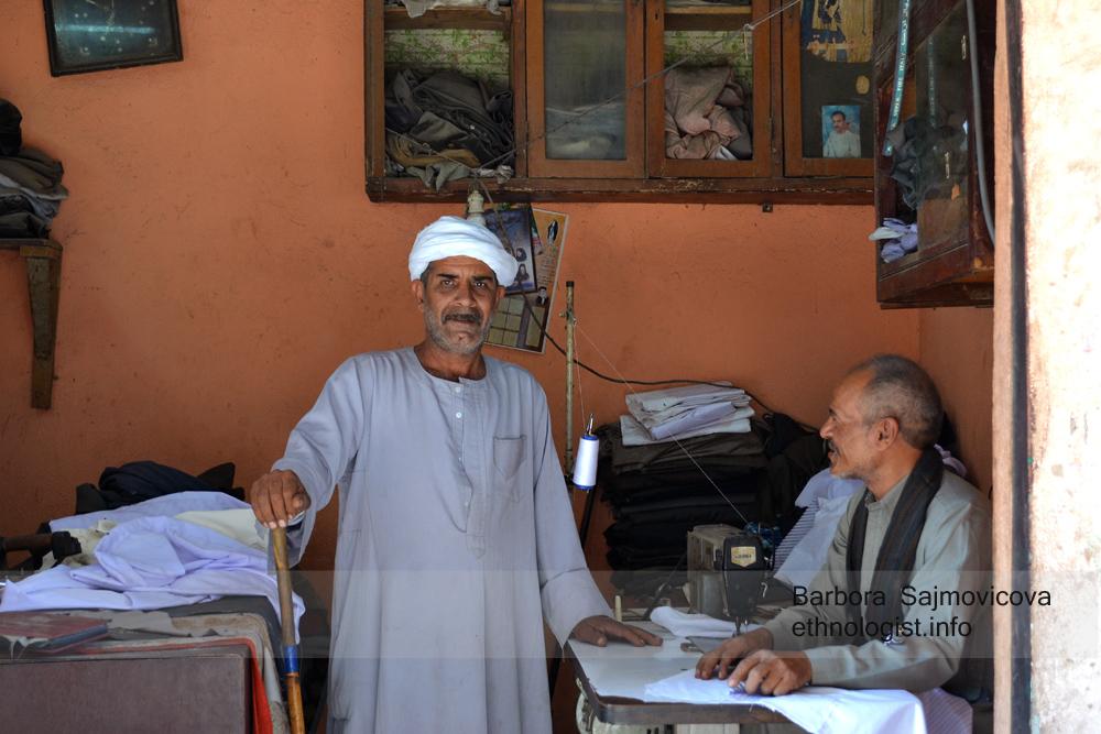 Šajchovo navštívení křesťanské krejčovské dílny. Káhira, říjen 2011, foto: Barbora Šajmovičová.