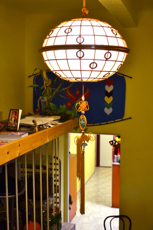 Osvětlení ve Vegetce, které vyráběla Jianguovo kamarádka. Má symbolizovat planetu Zemi. Foto: Barbora Šajmovičová, 2016, Praha.