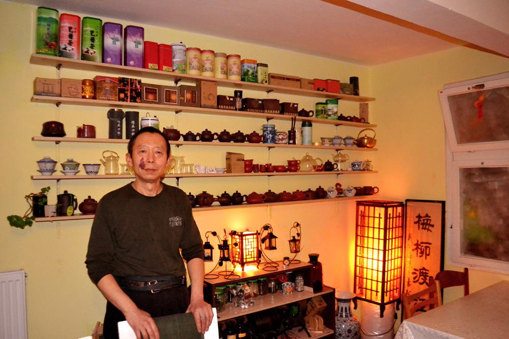 Jian Guo Chen ve své veganské restauraci Vegetka. Foto: Barbora Šajmovičová, 2016, Praha.