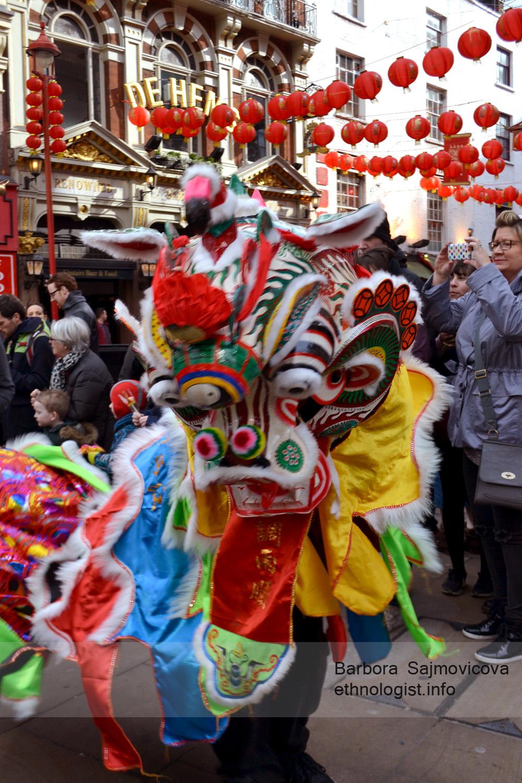 Tradiční oslavy Nového čínského roku v Chinatown v Londýně. Drak obcházel domy a obchody a každému popřál vše nejlepší do Nového roku. Foto: Barbora Šajmovičová, 2016.