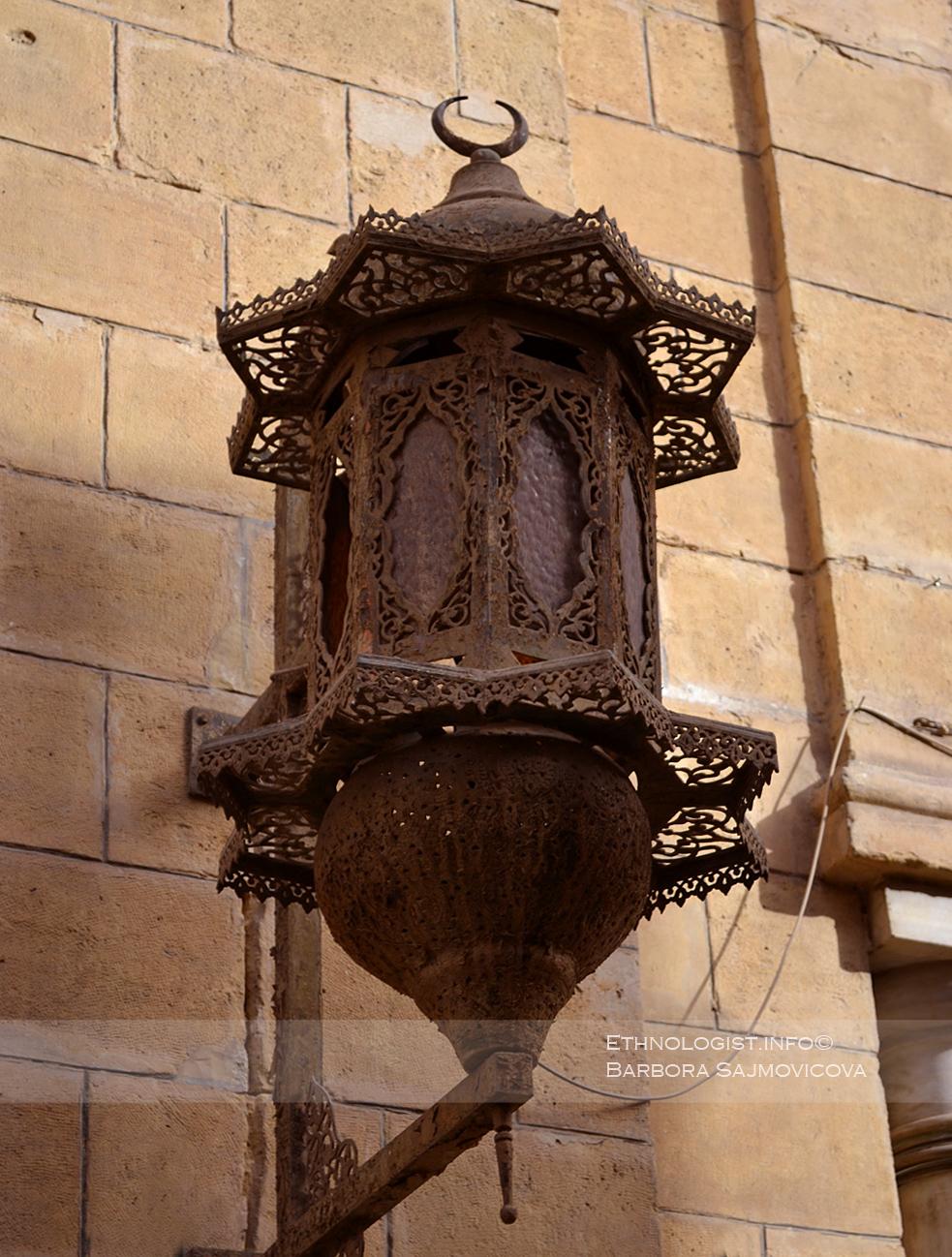 Osvětlení v ulicích Staré Káhiry. Foto: Barbora Šajmovičová, 2011.