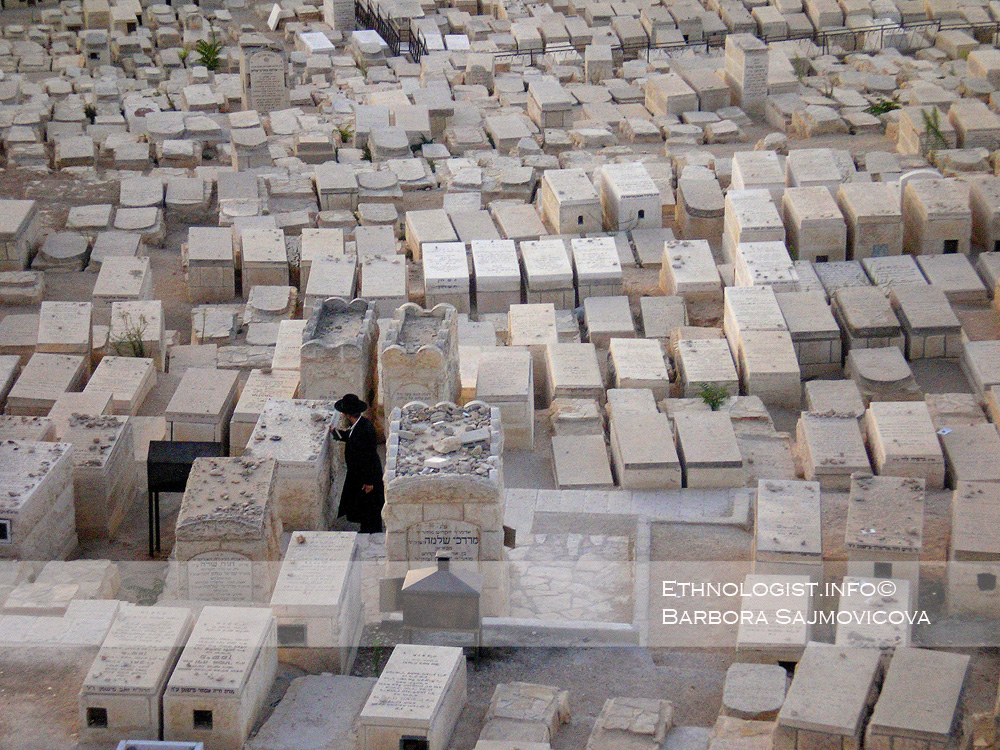 Ortodoxní Žid modlící se na Starém židovském hřbitově. Foto: Barbora Šajmovičová, Jeruzalém, 2009.