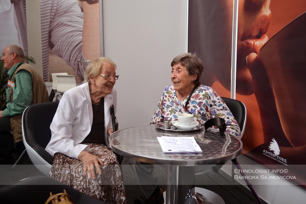 Věra Šťovíčková - Heroldová (vlevo) s dlouholetou přítelkyní na knižním veletrhu. Foto: Barbora Šajmovičová, Praha, 2012.