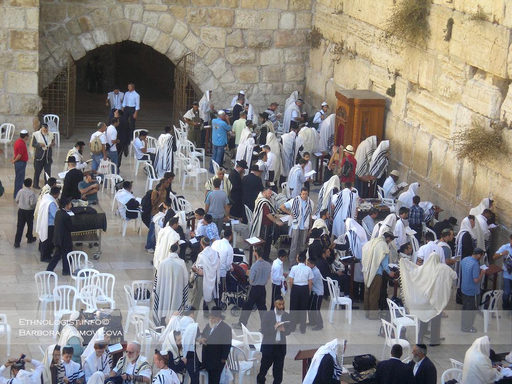 Zeď nářků v Jeruzalémě. Fotografie z roku 2009 zobrazuje mužskou modlitební část. V současné době izraelská vláda prosadila zrušení odděléného mužského a ženského modlitebního prostoru a zavádí (jedno další) společné místo pro modlitbu. Foto: Barbora Šajmovičová