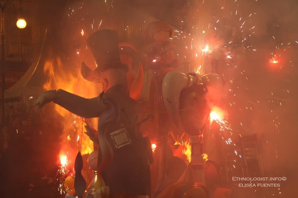 Hořící ulice ve Valencii během oslav Las Fallas. Foto: Eliška Fuentes