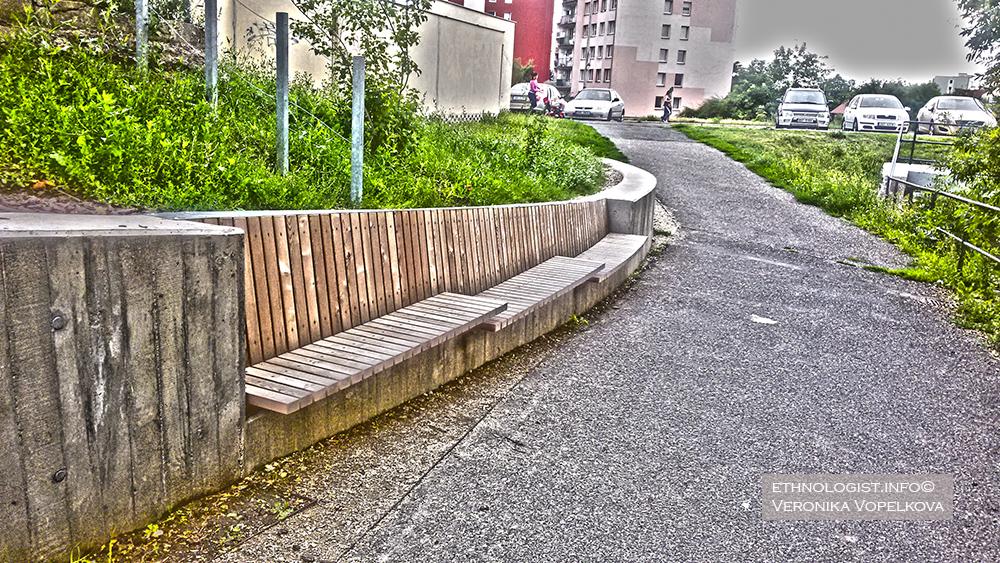Nejen pro seniory je takové dřevěné posezení vítanou úlevou. Navíc tím naruší monotónní ráz sídliště. Foto: Veronika Vopelková