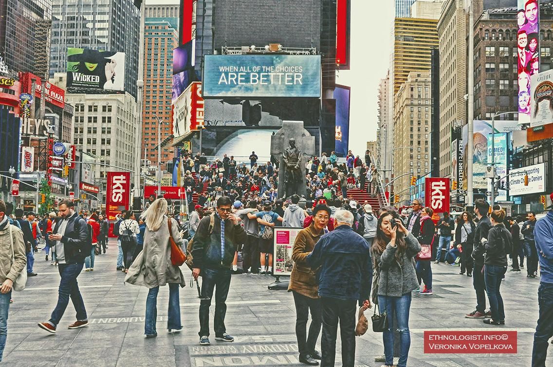 Pohled na newyorské Times Square hemžící se lidmi a neonovými reklamami. Foto: Veronika Vopelková