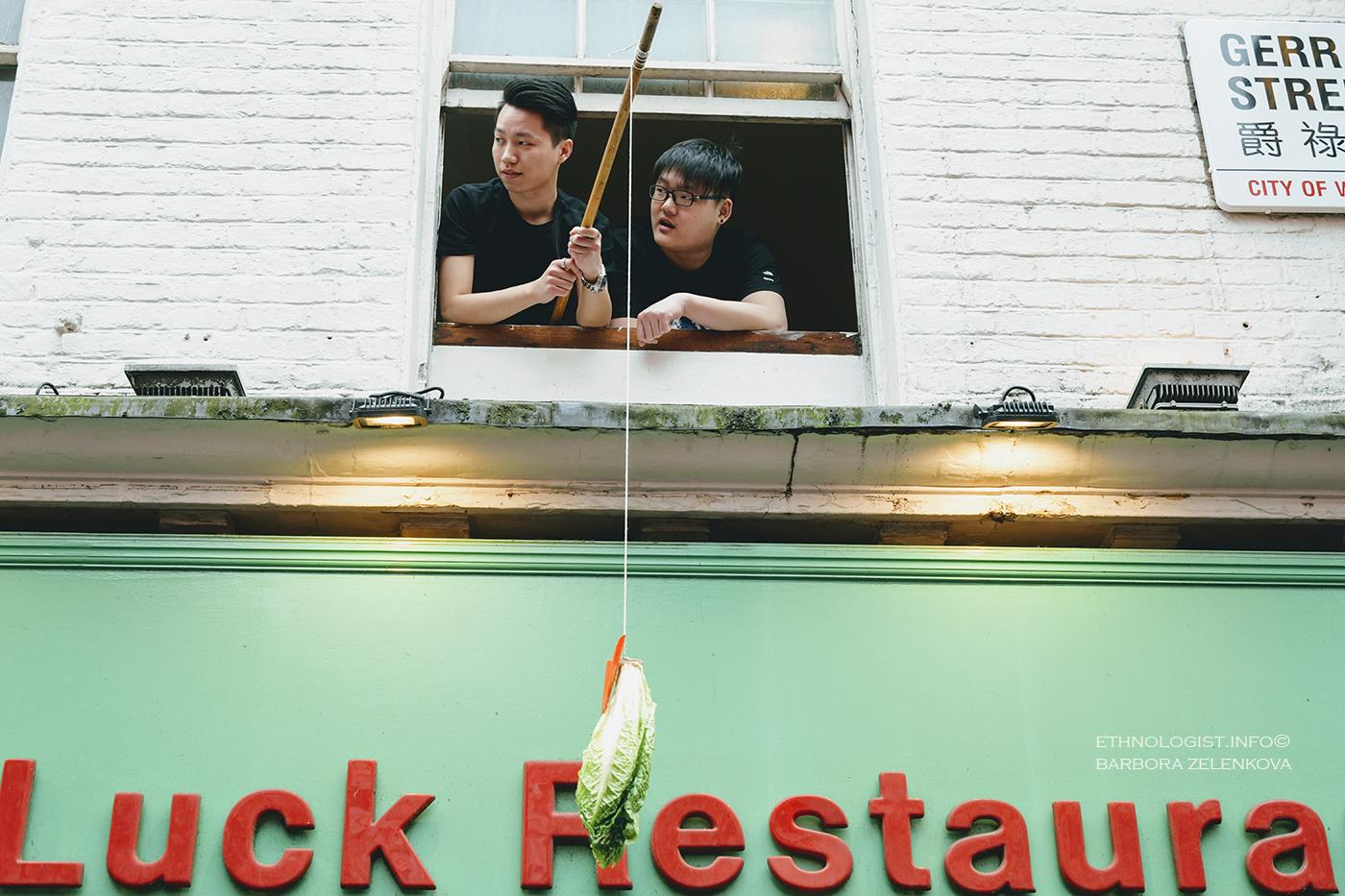 """Čínské """"cai ching"""" neboli chycení salátu, """"cai"""", v čínštině synonymem pro salát i štěstí. Foto: Barbora Zelenková, Londýn, 2018."""