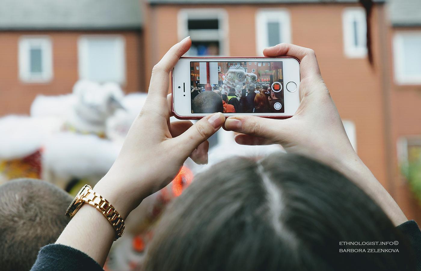 Letošní čínské oslavy Nového roku v Londýně přilákaly rekordní počty lidí. Na kvalitní snímek nebo video čekali lidé dlouhé fronty. Foto: Barbora Zelenková, Londýn, 2018.