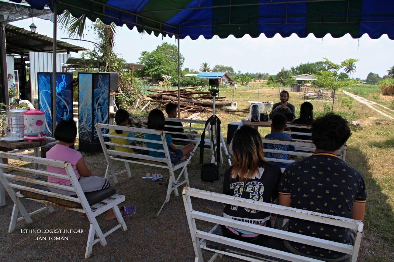 Přednáška o českém hospodářství pro thajské děti na ekologické farmě. Foto: Archiv Jana Tomana, Thajsko, 2017.