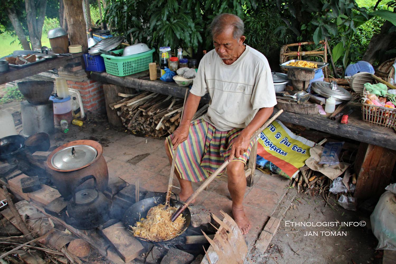 Pan Phongpan smažící thajské nudle na ohništi. Foto: Jan Toman, Thajsko, 2017.
