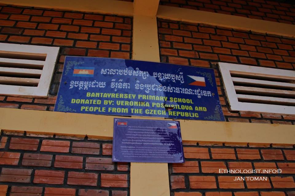 Kambodžská škola ve vesnici Bantayrersey založená z iniciativy absolventky etnologie Veroniky Pospíšilové. Foto: Jan Toman