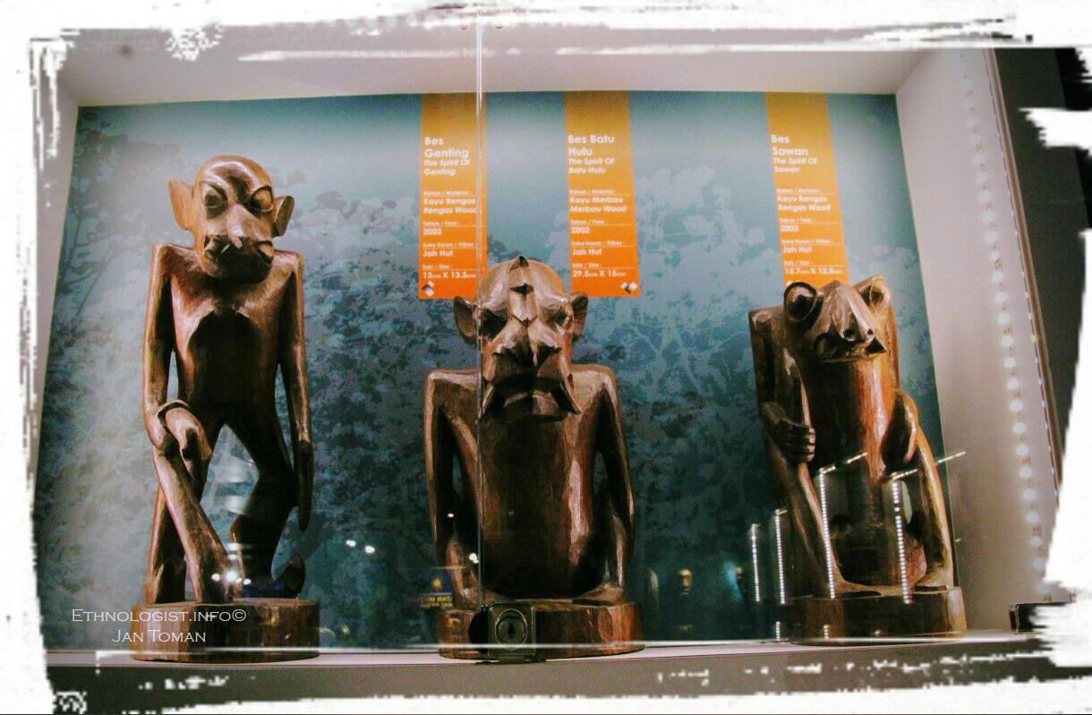 Ručně vyřezávané dřevěné sochy. Foto: Jan Toman
