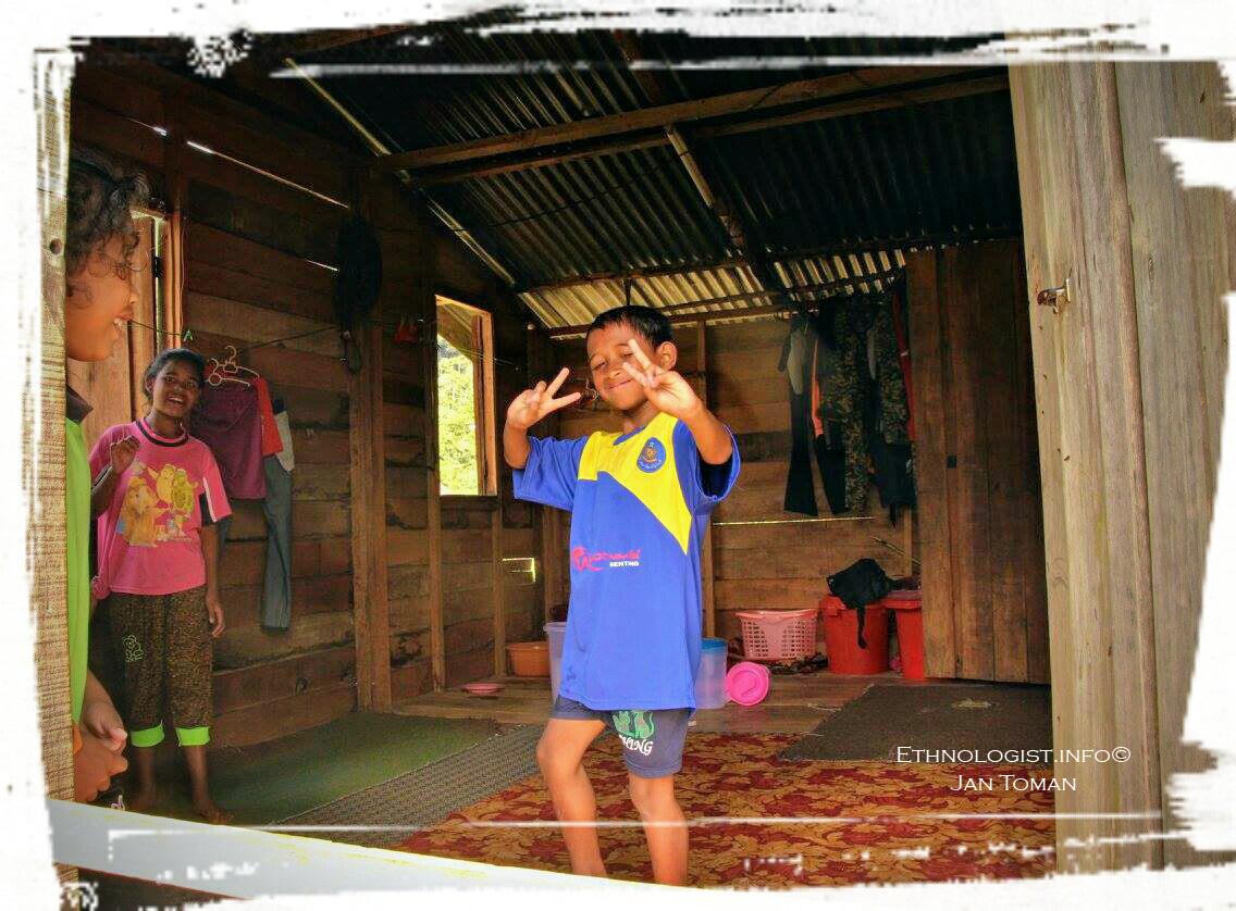 Děti Orang Asli v jejich tradičním příbytku. Foto: Jan Toman