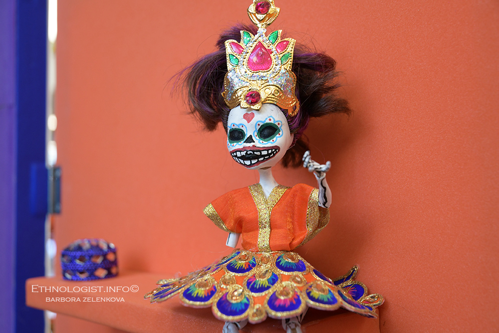 Detail photo of sugar skull figure on an altar dedicated to the deceased person. Photo: Barbora Zelenkova, London, 2018, Nikon D500.