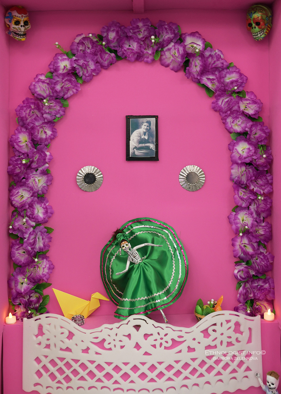 Oltář věnovaný památce zesnulé. Foto: Barbora Zelenková, Londýn, 2018, Nikon D500.