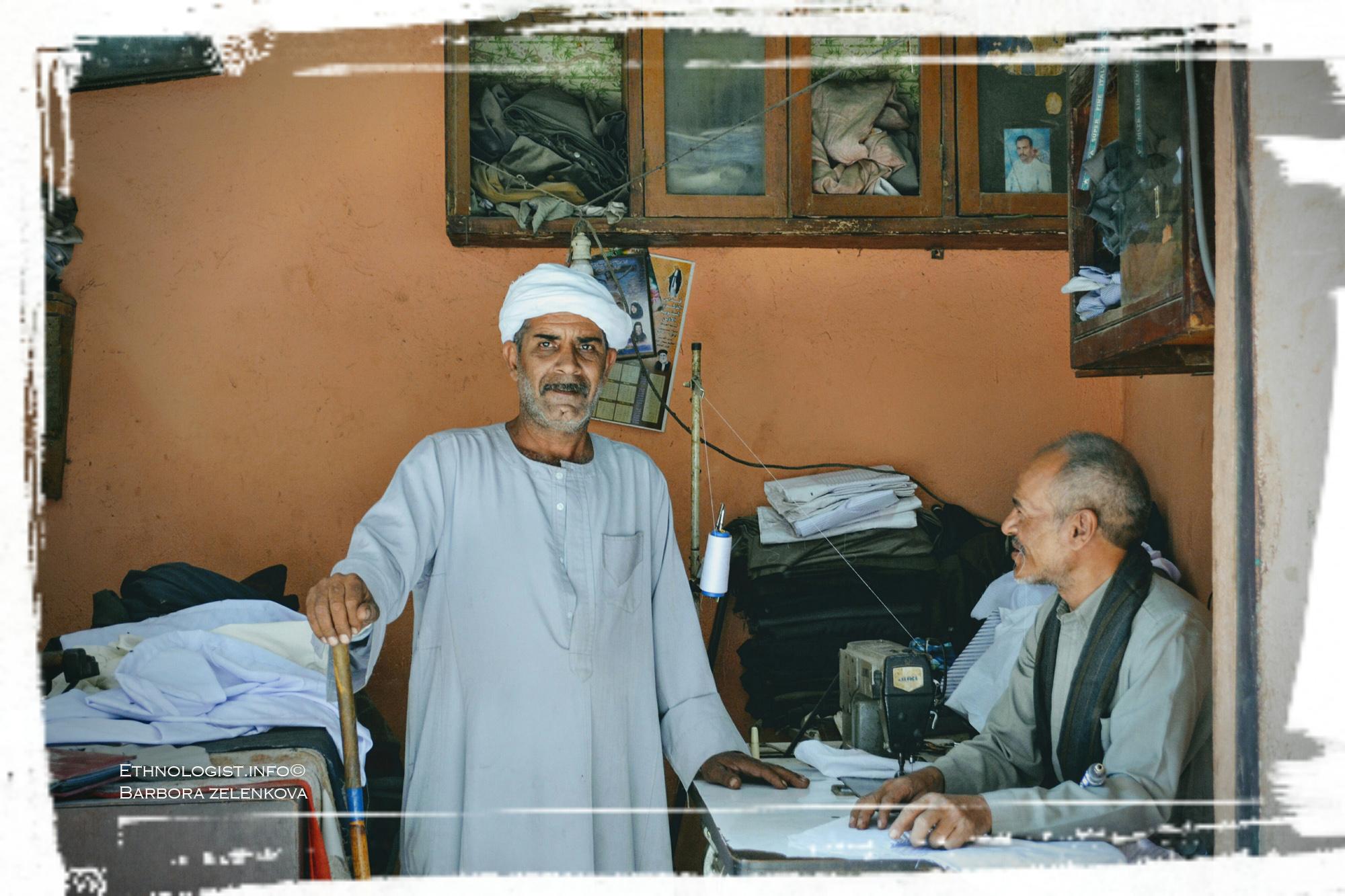 Muslim z káhirské čtvrti Manšínajat Násir na návštěvě u svého přítele, křesťanského krejčího. Foto: Barbora Zelenková, 2011.