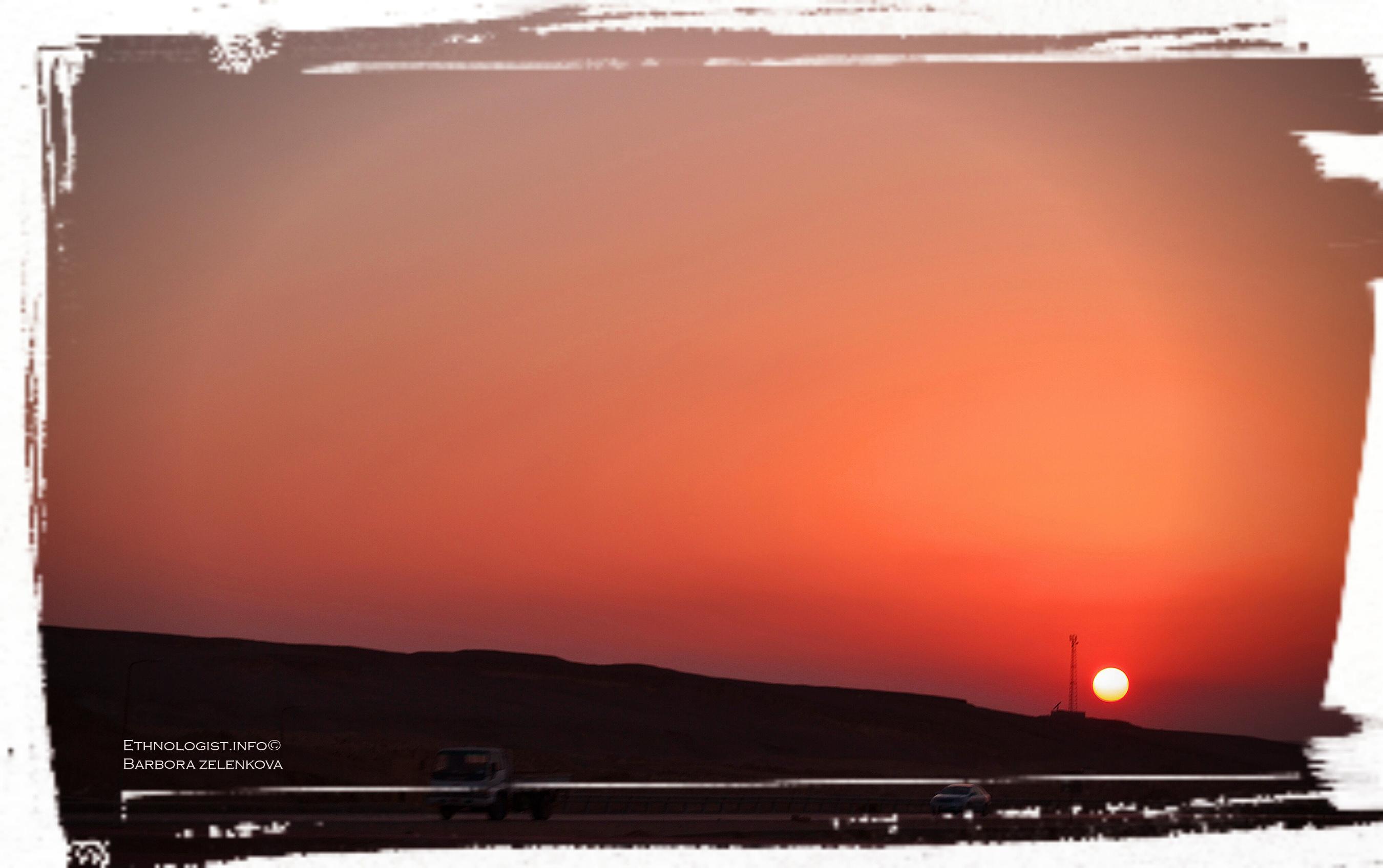 Západ Slunce v egyptské poušti cestou do Káhiry. Foto: Barbora Zelenková, Nikon D3100, 2011.