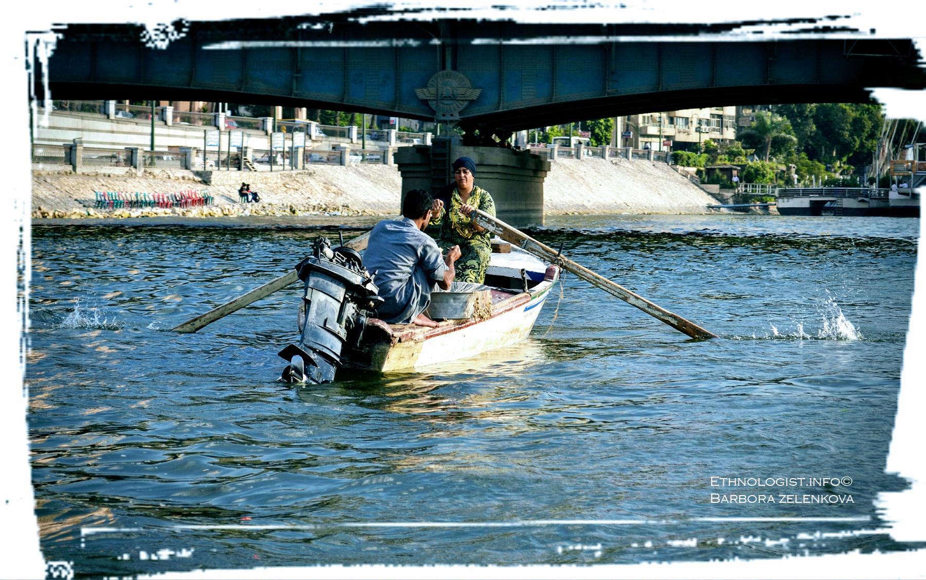 Rybářka s rybářem na řece Nil. Foto: Barbora Zelenková, 2011.