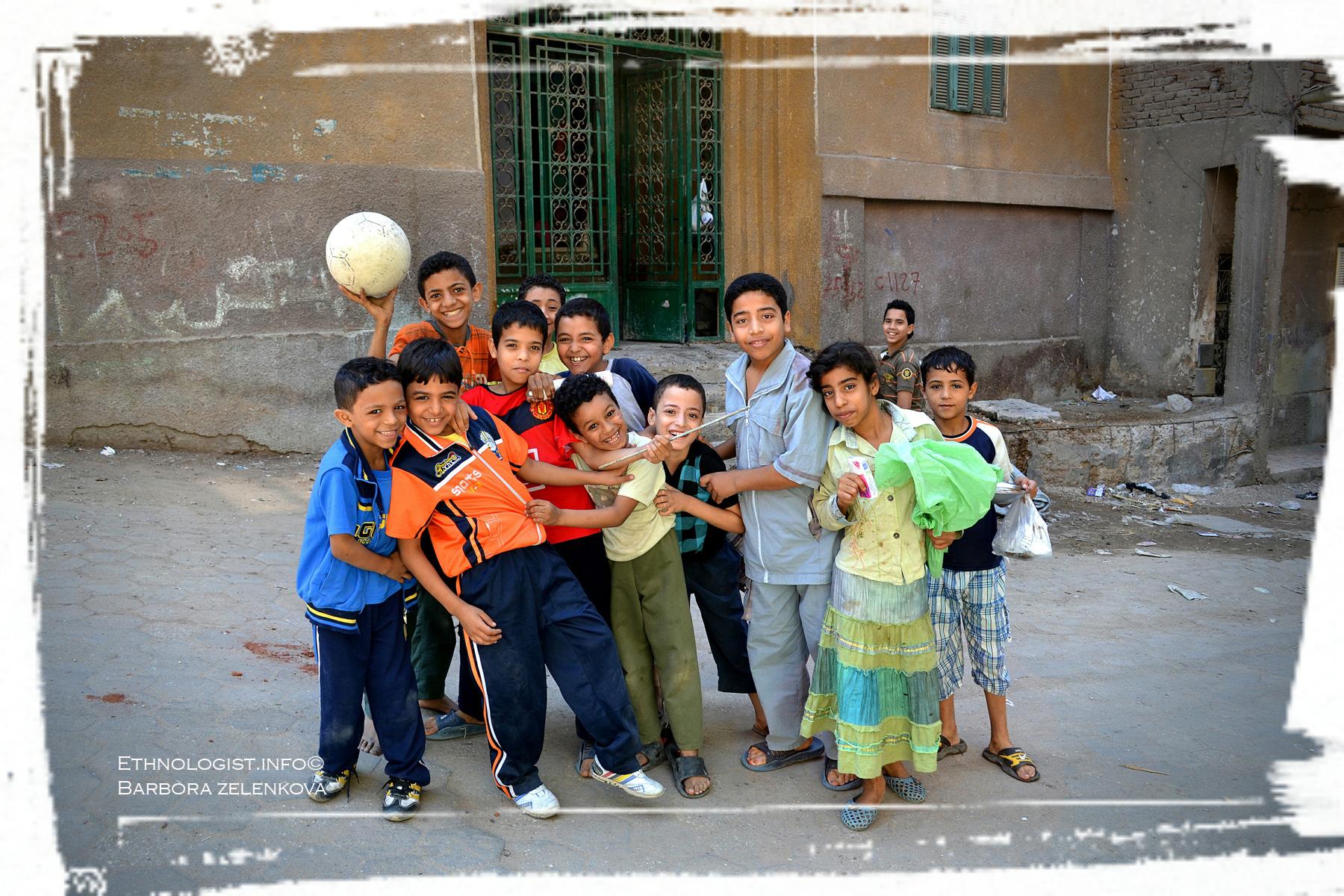 Ačkoliv děti v chudinských čtvrtí vyrůstají v chudobě, září štěstím a nadšením. Foto: Barbora Zelenková, Garbage City, Káhira, 2011.